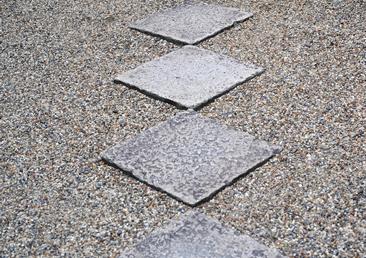 不要になった石を趣のある石敷に。
