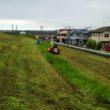 堤防の除草をおこなっています。